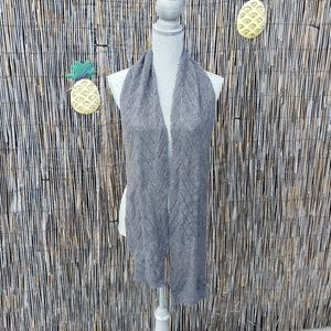 🌺 Hollister knit gray finished ends Scarf